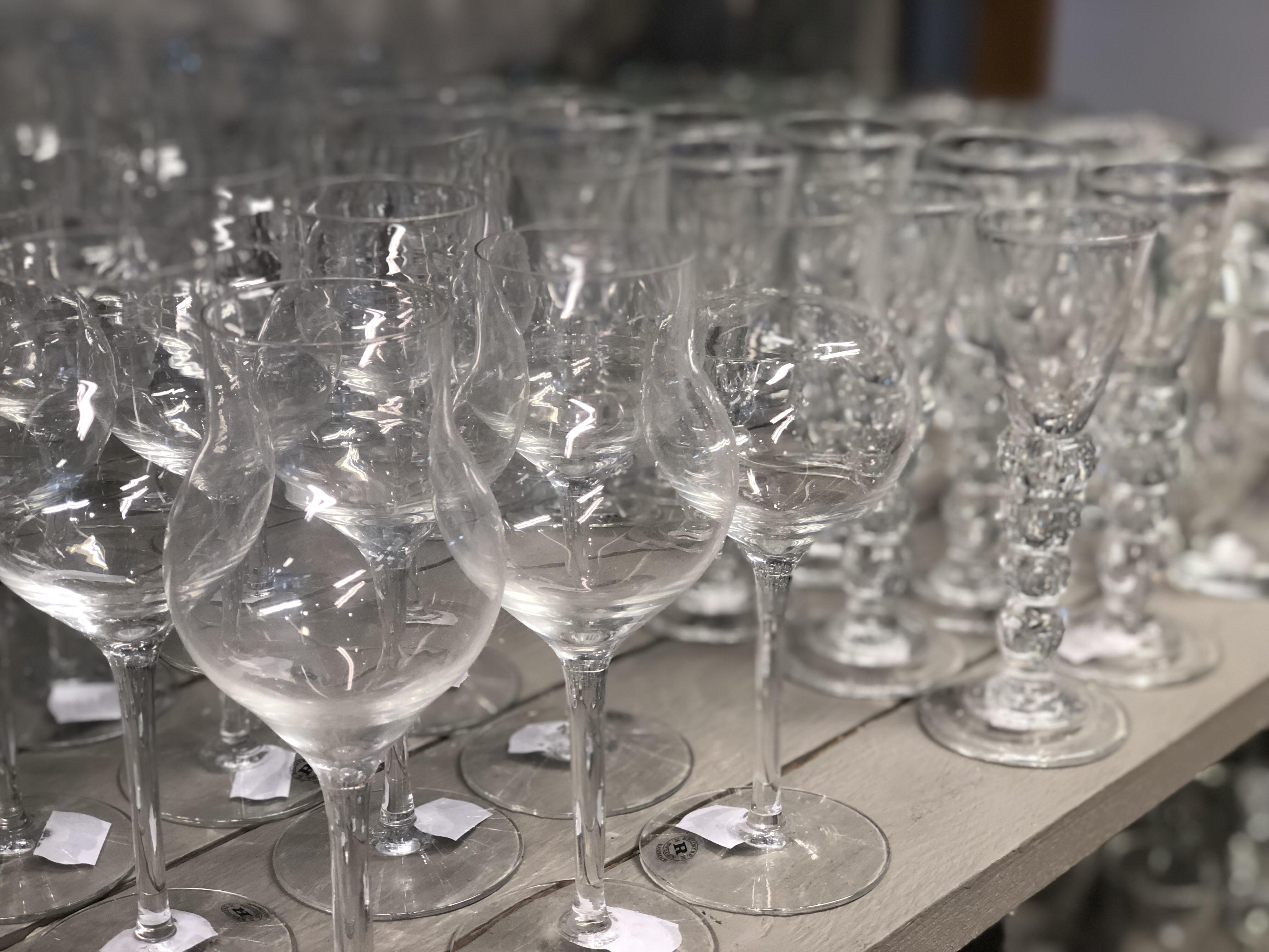Fina glas på middagsbordet gör dukningen vacker och vinet godare