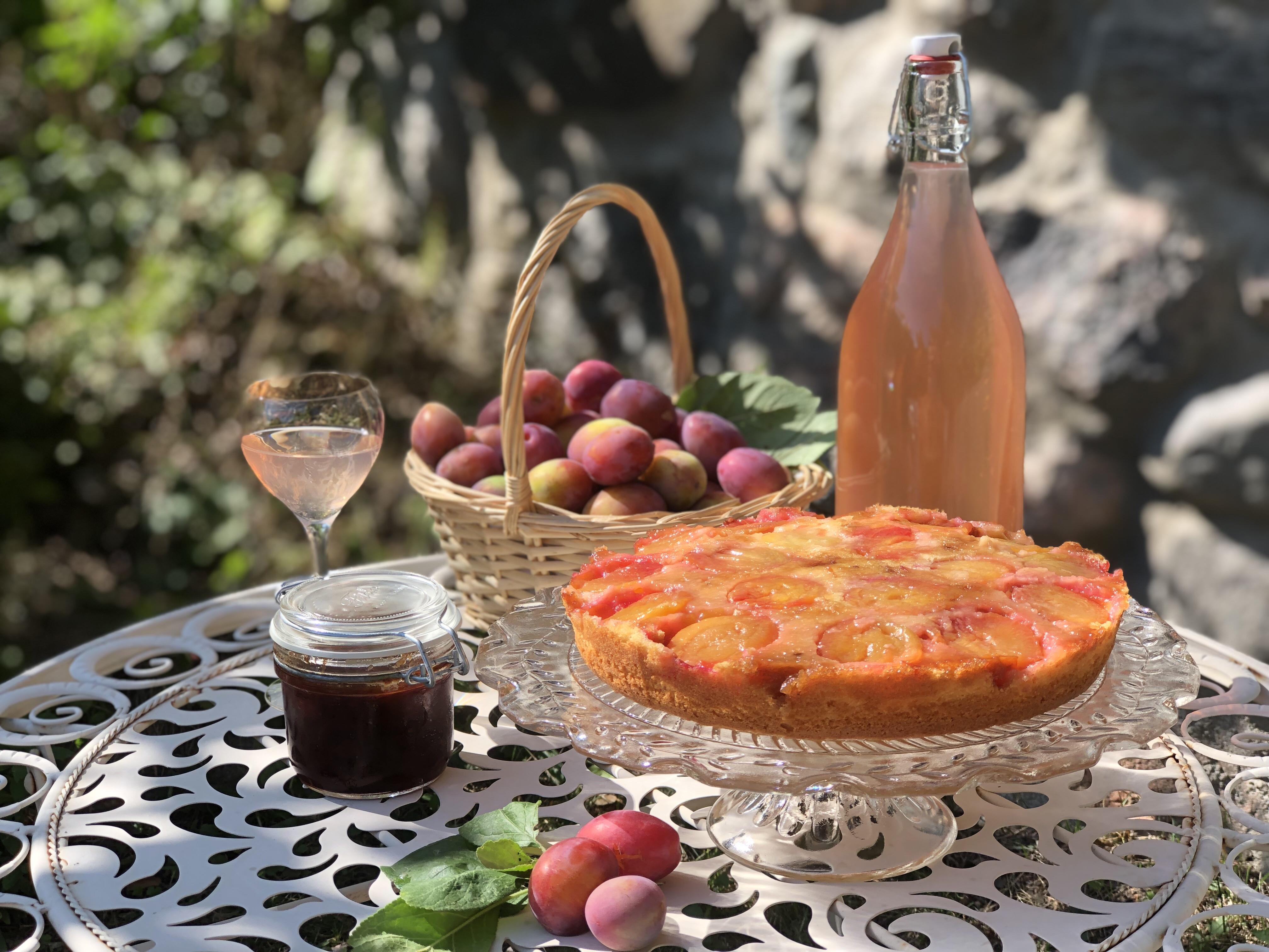 Plommonskörden med marmelad, vin och kaka