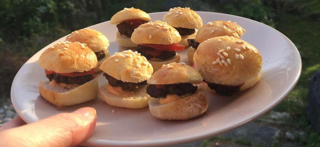 Receptet på små  hamburgare eller sliders, gör som vanligt fast litet.