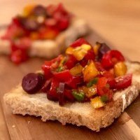 Bruschetta - rostad italiensk smörgås med tomat och basilika