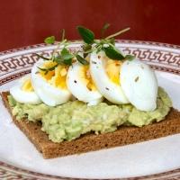 Smörgås med avokado, ägg och chili
