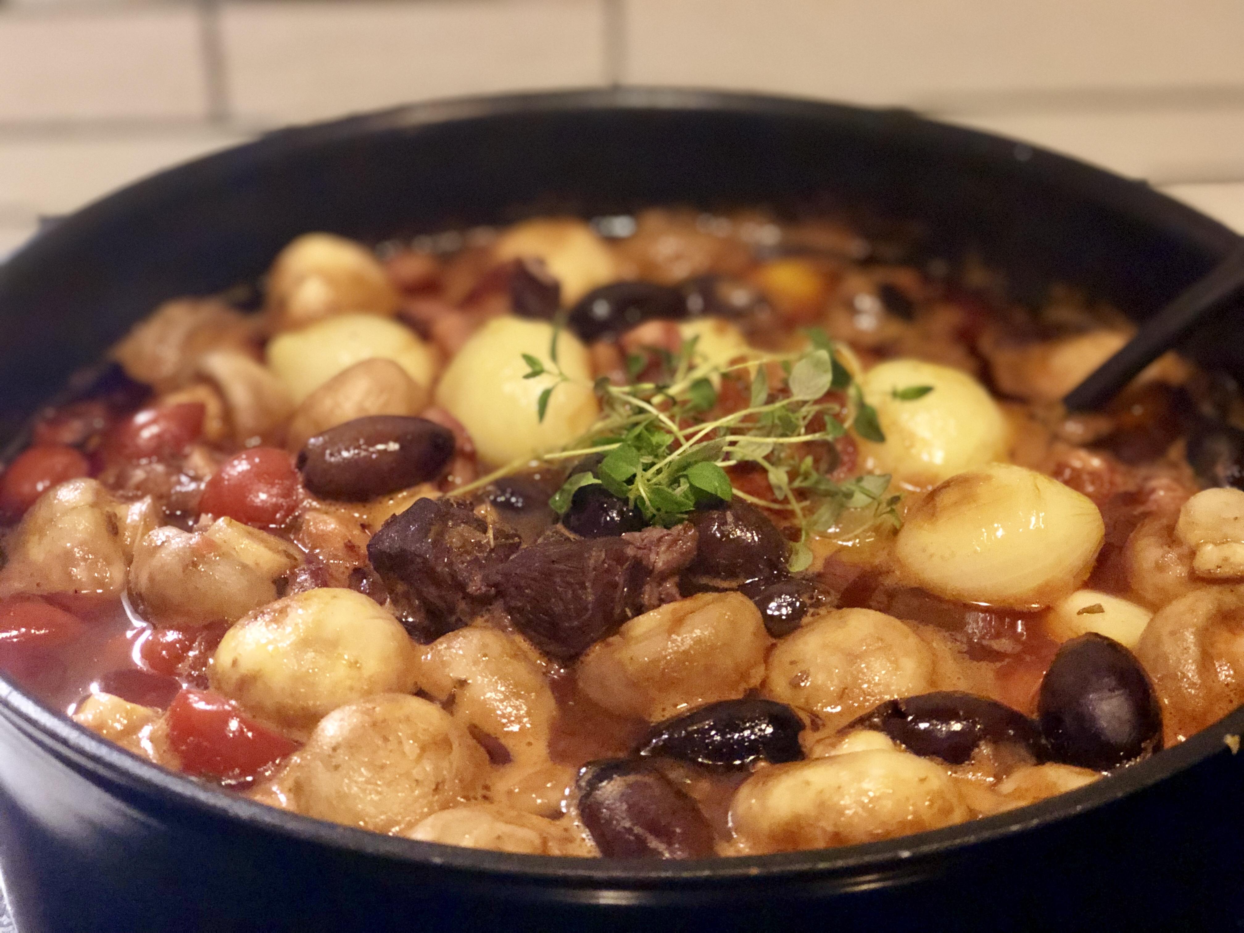 Pluras lamm lammgryta vin tomat lök champinjoner sidfläsk oliver timjan morot