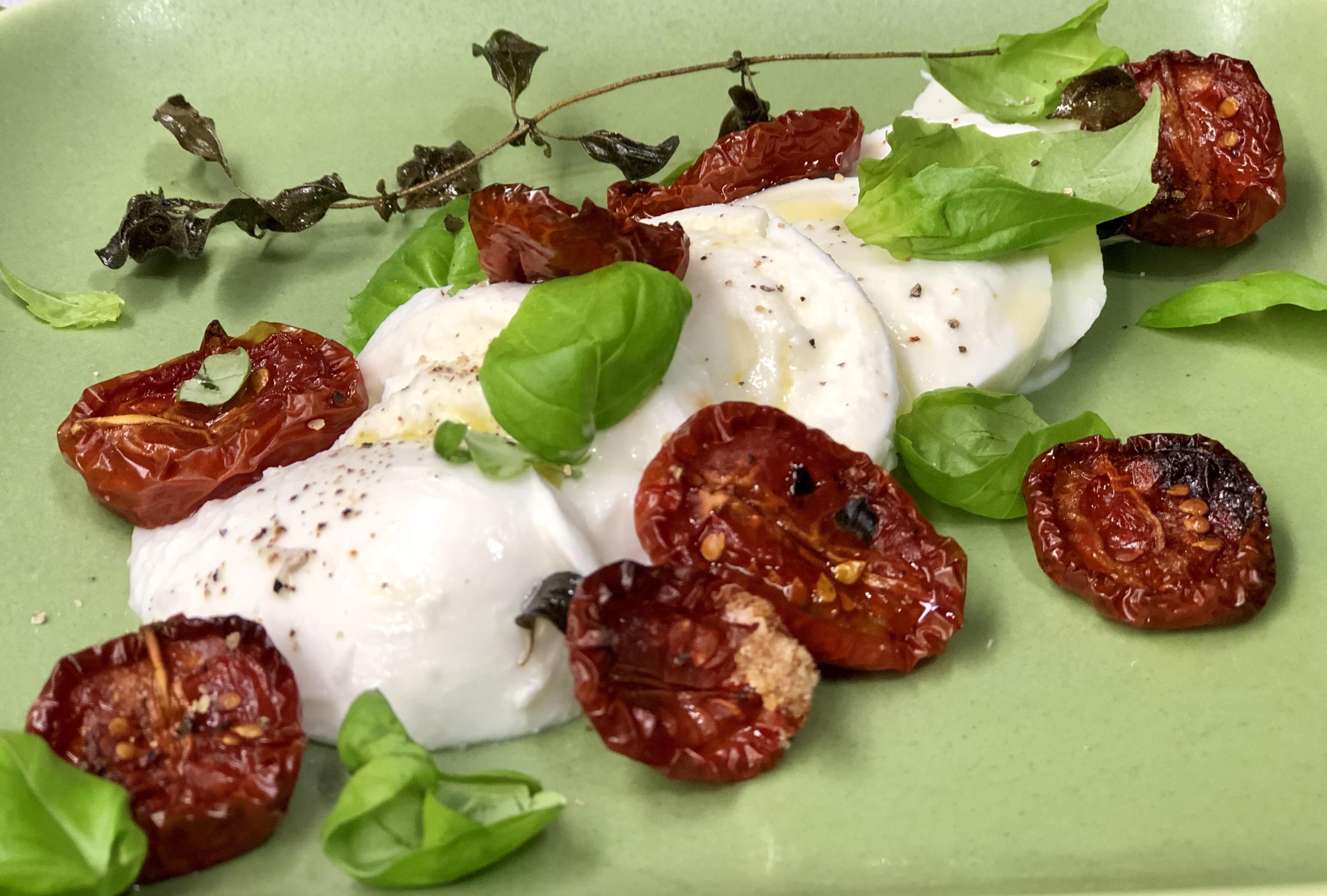Ugnsbakade långbakade tomater mozzarella burrata basilika