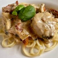 Pasta med krämig sås på kyckling, bacon och basilika